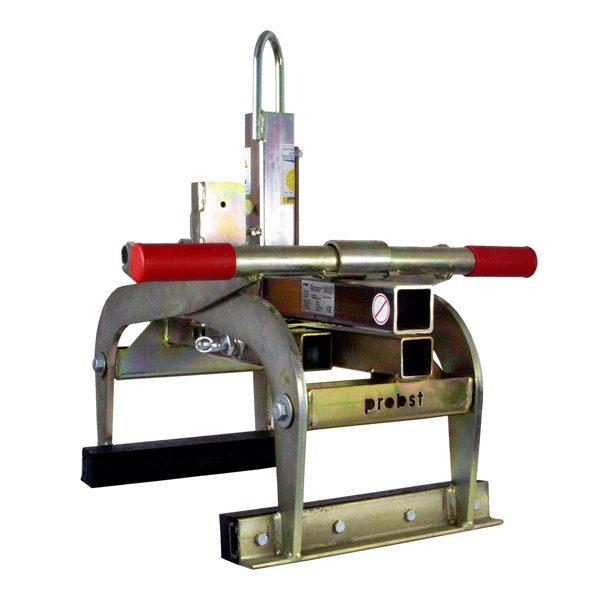 Geeignet zum Greifen und Versetzen von Trittstufen, Bordsteinen, Randwinkeln, L-Steinen und dergleichen mit einem Hebezeug. Einfache Öffnungsweitenverstellung mittels Federriegel. • Große Eintauchtiefe • Greifbereich 50 – 600 mm • Tragfähigkeit 600 kg Konisch zulaufende Bordsteine werden mit der TSZ-UNI ebenso sicher gegriffen, weil die Zangenbacken mit 185 mm Eintauchtiefe über den konischen Bereich hinabreichen.